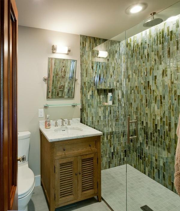 moderne-geflieste-dusche-im-schönen-bad - hölzerner unterschrank