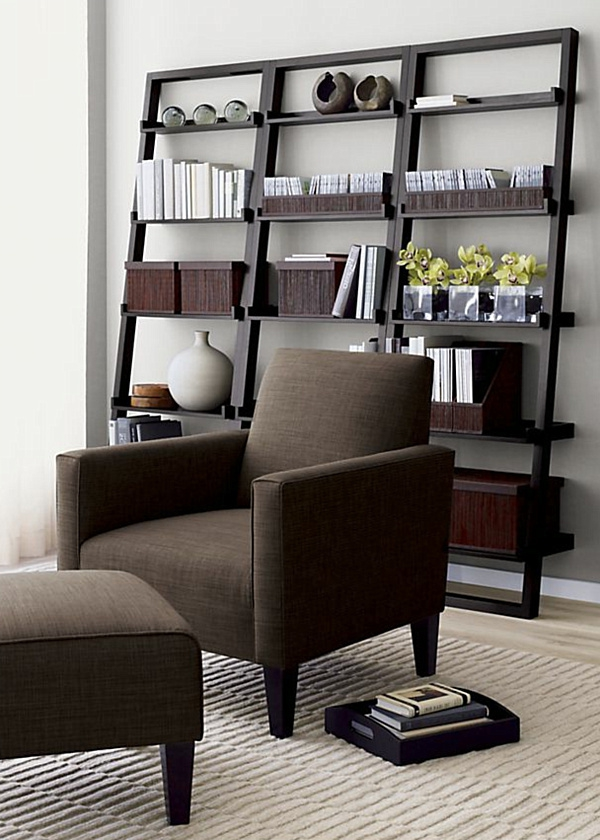 moderne-regale-in-einem-luxuriösen-wohnzimmer mit einem dunklen sessel