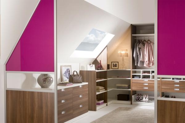moderne-schränke-für-dachschräge-im-zimmer-mit-rosigen-elementen