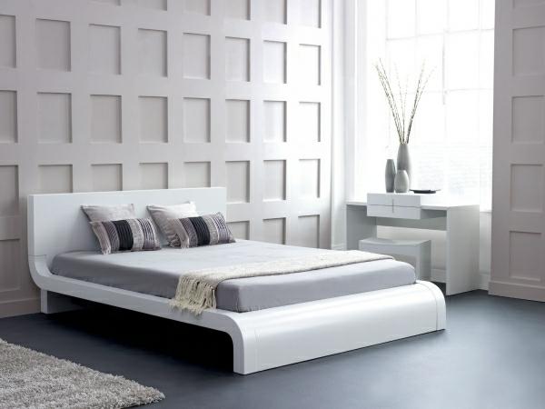 ... in einem modernen schlafzimmer mit einem luxuriösen bett