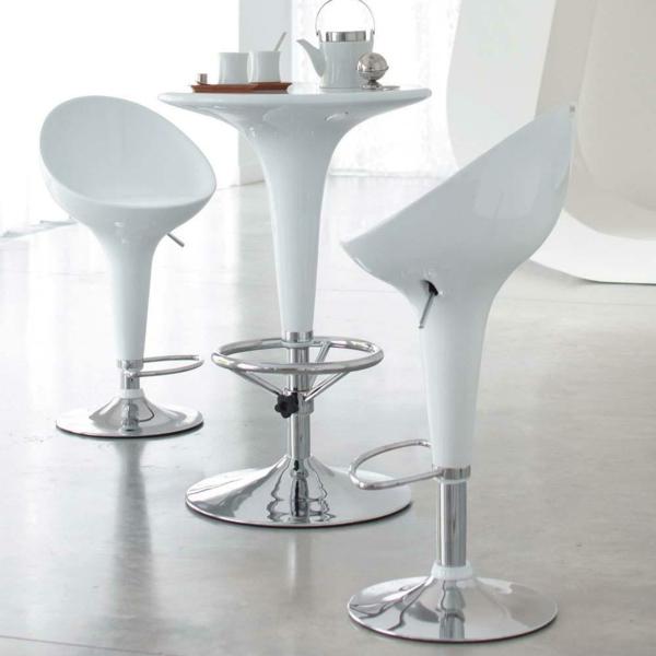 moderner-Bartisch-in-weißer-Farbe-und-Stühle-in-Weiß