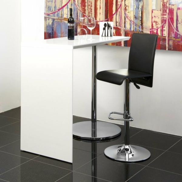 moderner-tisch-in-weißer-farbe-schwarzer-stuhl