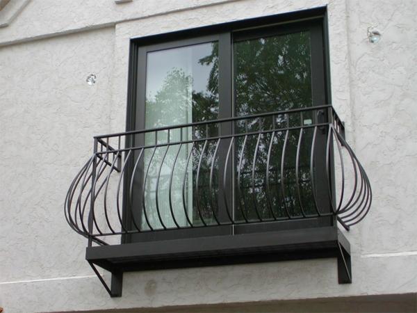 modernes-Geländer-für-einen-Balkon-aus-Stahl