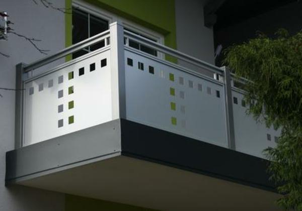 modernes-Geländer-für-einen-Balkon
