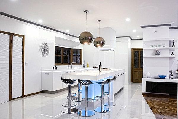 neon-beleuchtung-im-küchenbereich-barhocker-hängeleuchten