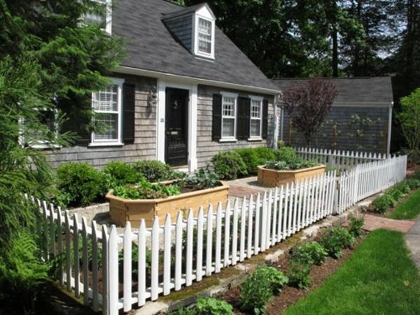 Gartendesign-niedriger-hölzerner-Zaun--in-Weißer-Farbe