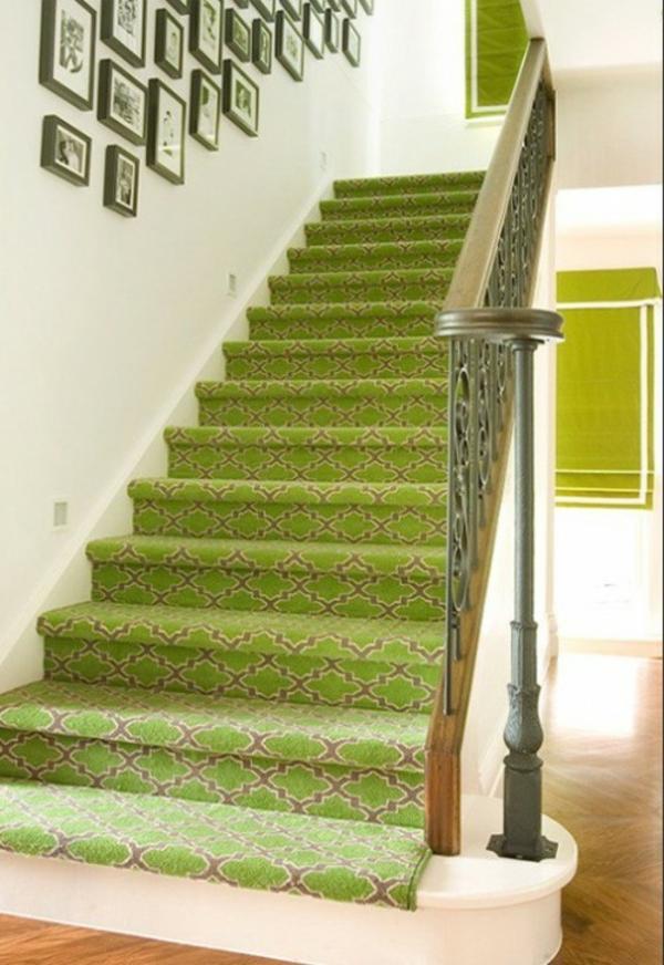 olivgrünr-Teppich-auf-der-Treppe-legen