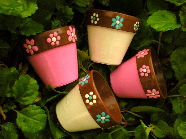 originell-bemalte-Blumentöpfe-tolle-Idee-für-den-Garten