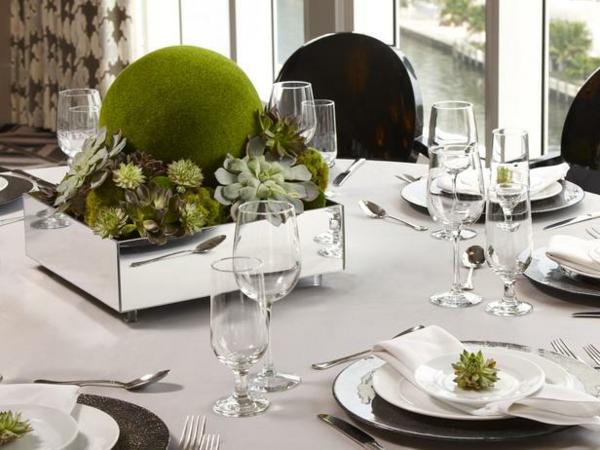 originelle-Tischdekoration-in-Grün-und-Weiß-Pflanzen