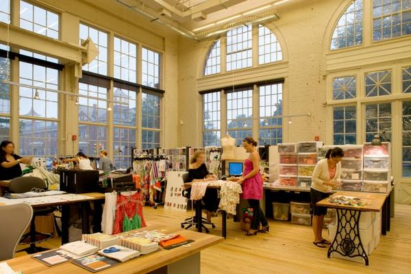 originelle-büroräume-gläserne-wände und hohe decke