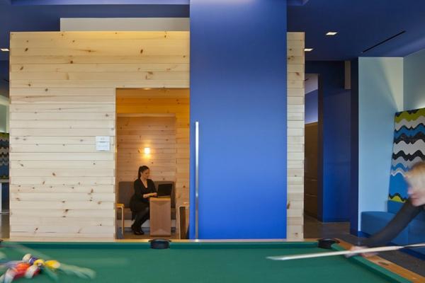 originelle-büroräume-hölzerne-wände-und-blaue-wände-kombinieren