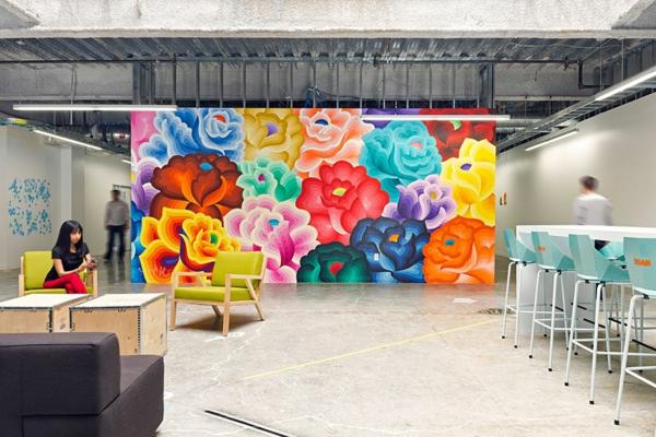 originelle-büroräume-kreative-wandgestaltung-mit-einem-großen-bunten-bild