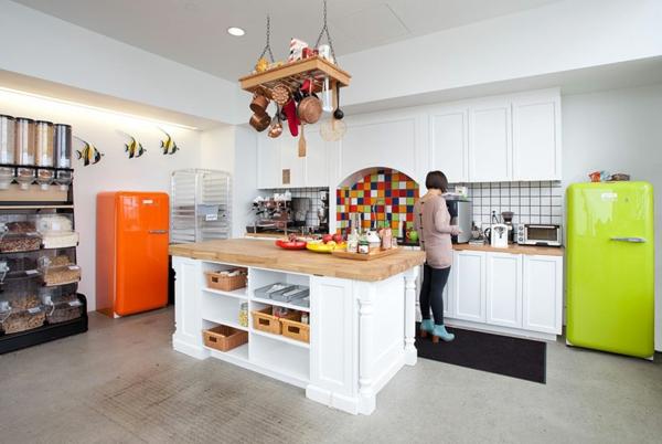 originelle-büroräume-mit-großen-küchen in weißer farbe