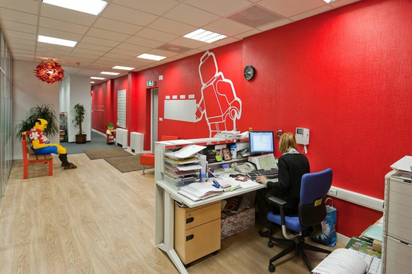 originelle-büroräume-mit-roten-wänden - sehr auffällig