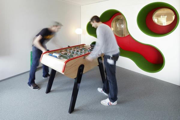 originelle-büroräume-spielzimmer mit interessanten fenstern