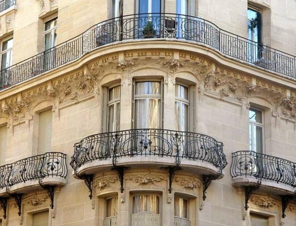 ovales-Geländer-für-einen-Balkon