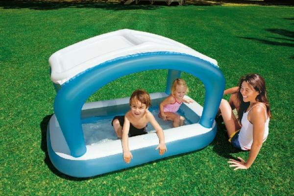 planschbecken-mit-dach-mutti-mit-zwei-kindern - auf dem gras