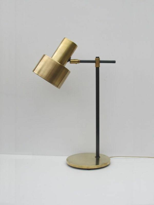 praktische-Lampe-am-Schreibtisch-Golden