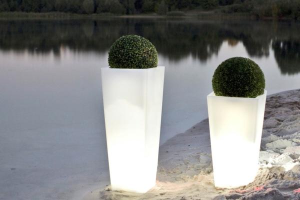 quadratische-Blumentöpfe-mit-weißer-Beleuchtung