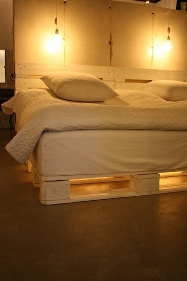 bett aus paletten mit beleuchtung innenr ume und m bel ideen. Black Bedroom Furniture Sets. Home Design Ideas