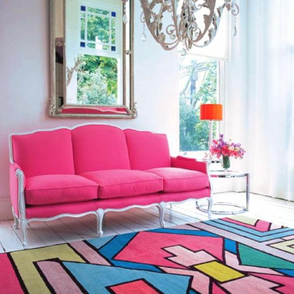 Der rosa Teppich lässt sich perfekt mit den weißen Wänden ...