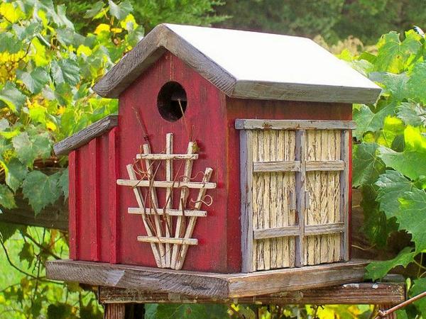 rote-Vogel-Futterhäuser-aus-Holz-gestalten