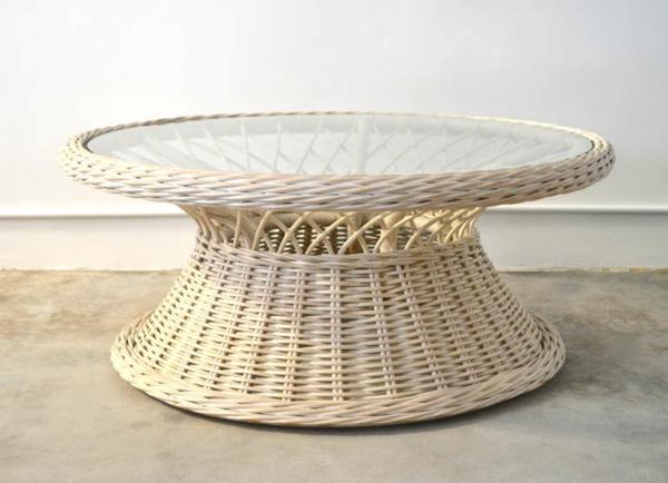 runde-Rattan-Tische-in-heller-Farbe-Glasplatte