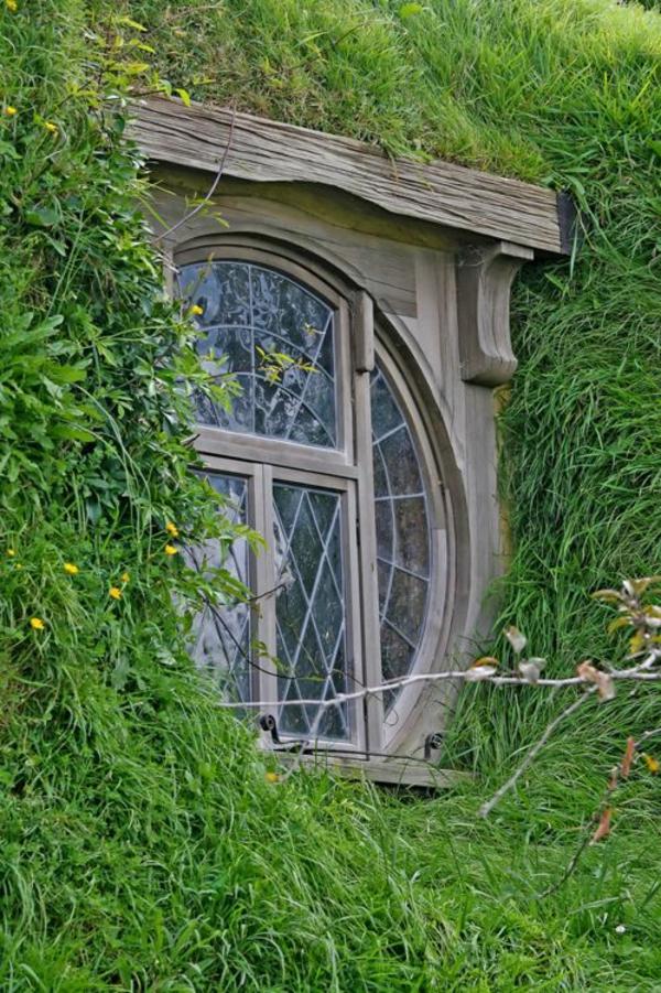 rundes-Fenster-vom-draußen-Holz