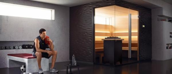 sauna-mit-glasfront-ein-schöner-mann-daneben