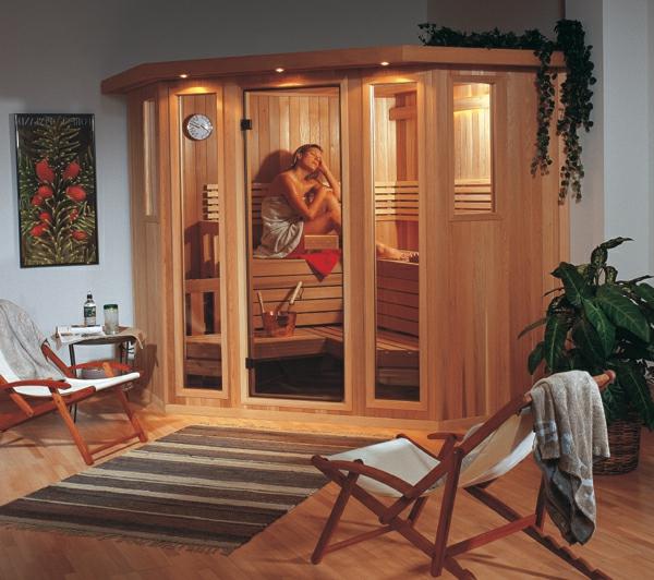sauna-mit-glasfront-zwei-liegestühle-daneben