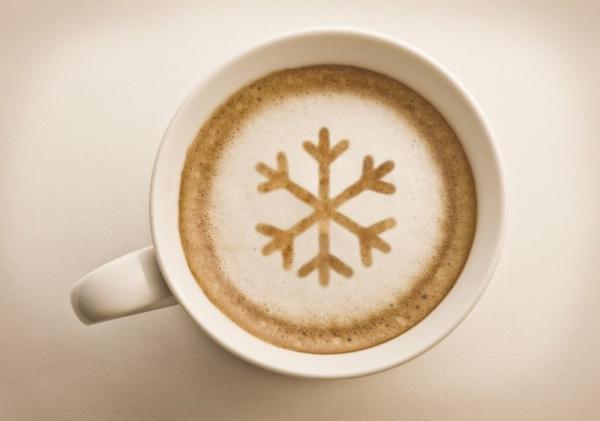 schöne-Dekoration-aus-Kaffeeschaum-Schneeflocke