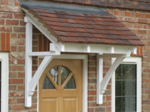 schöne-Holzvordächer-Haustür-weiß