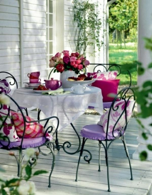 schöne-Stühle-in-Lila-an-der-Terrasse