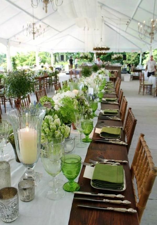 schöne-Tischdekoration-in-Weiß-und-Grün