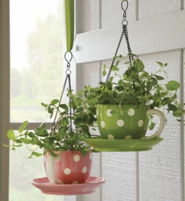 schöne-hängende-Blumentoepfe-wie-Tassen