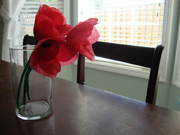 schöne-rosige-tulpe-selber-gemacht - auf einem hölzernen tisch