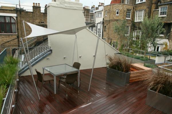 schöne-terrasse-mit-dunklem-holzboden-idee