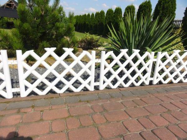 schöner-Gartenzaun-aus-Holz-in-Weiß-Gartendesign