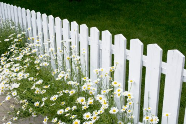 wunderbarer--Gartenzaun-in-Weiß-aus-Holz