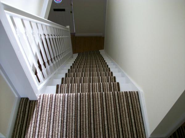 schöner-Teppich-auf-Treppen-Braun