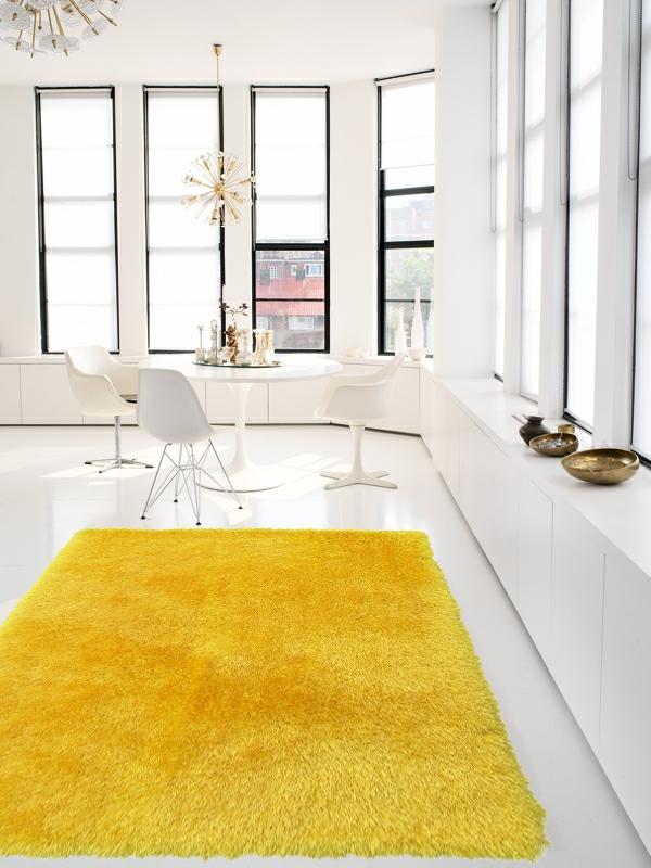 schöner-Teppich-in-Gelb-weißes-Zimmer