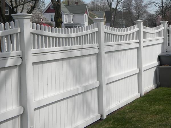 schöner-Zaun-aus-Holz-in-weißer-Farbe-Gartengestaltung