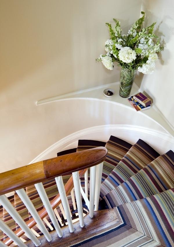 schöner-eleganter-treppenläufer-mit-teppich - weiße blumen daneben