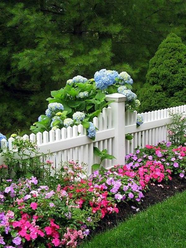 wunderbarer-hölzerner-Gartenzaun-in-weißer-Farbe