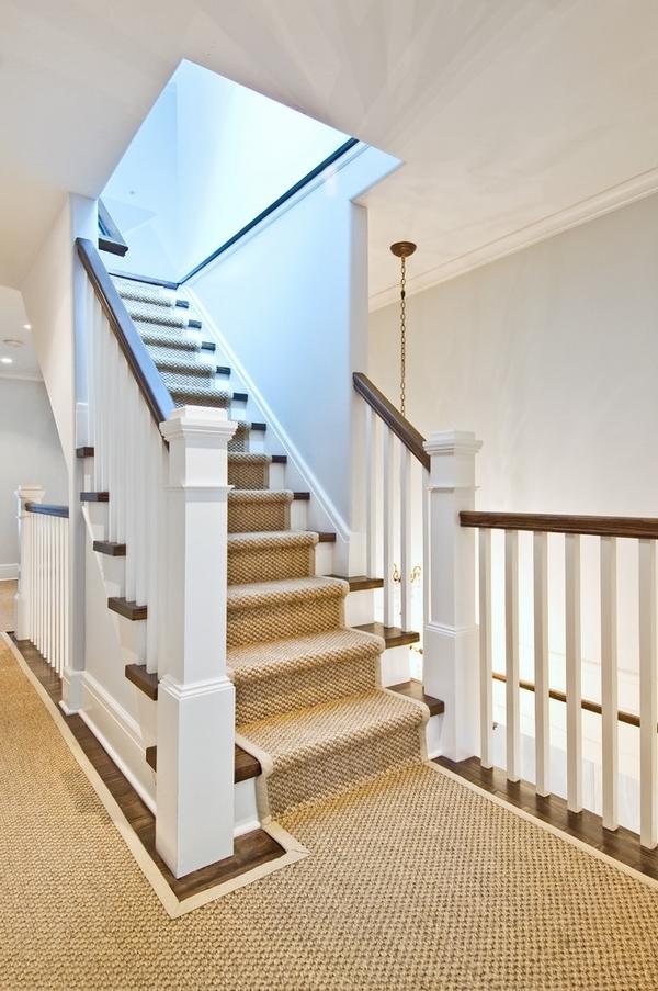 schöne treppen mit einem beige teppich