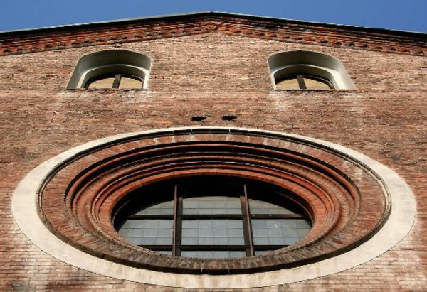 schönes-Fenster-rund-von-Draußen