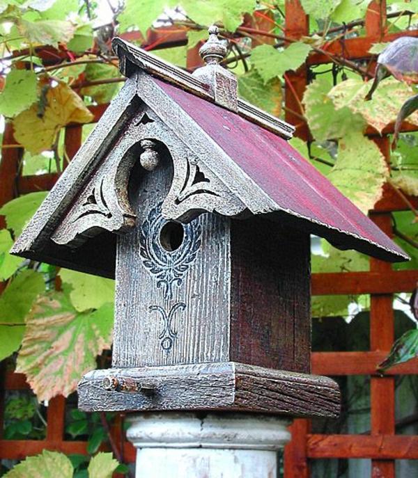 schönes-Futterhaus-für-Vogel-aus-Holz