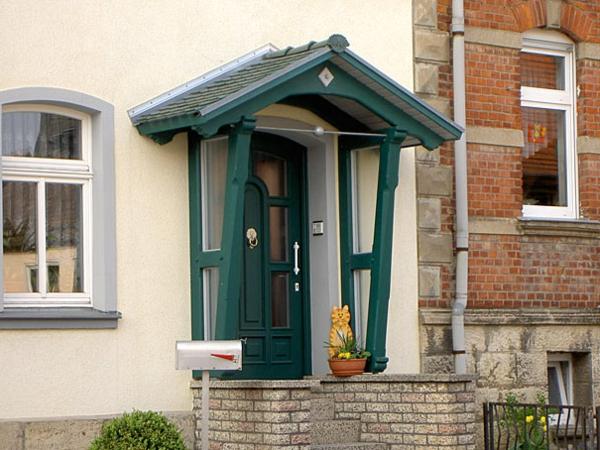 schönes-Holzvordach-am-Eingang-Idee