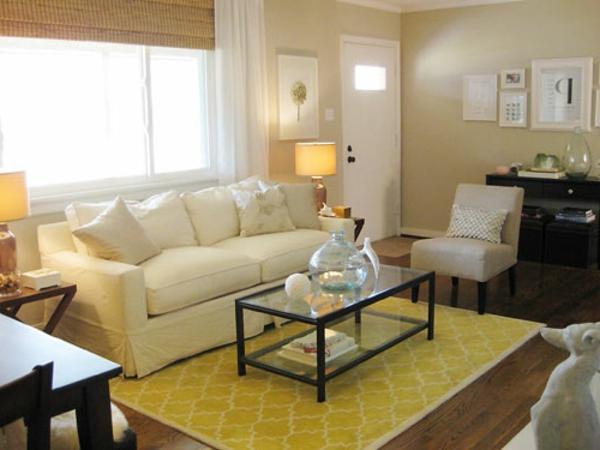 schönes-Wohnzimmer-mit-einem-Teppich-in-Gelb