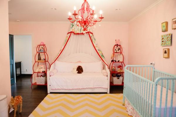schönes-babyzimmer-mit-einem-baldachin-bett